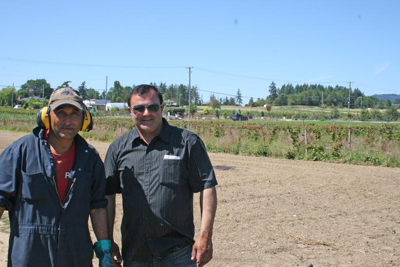 gobind-farm---satnam-and-juicer-guy